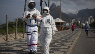 Astronautas invadem o calçadão