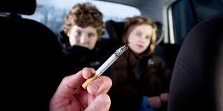 Fumar dentro do carro engloba três tipos de tabagismo