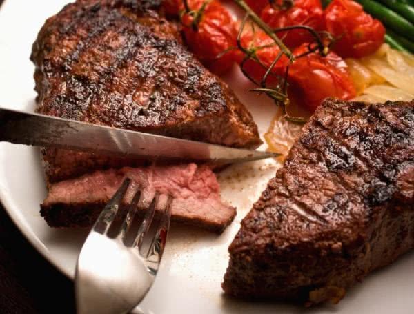 Carne vermelha deve ser consumida 'ao ponto', afirmam médicos nutrólogos