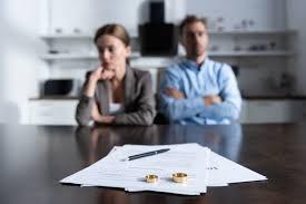 Divorciados sim, mas vivendo sob o mesmo teto